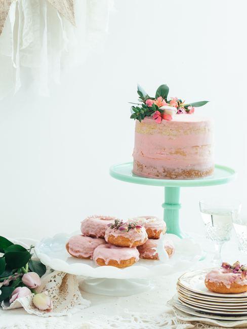 roze taart en donuts op plate
