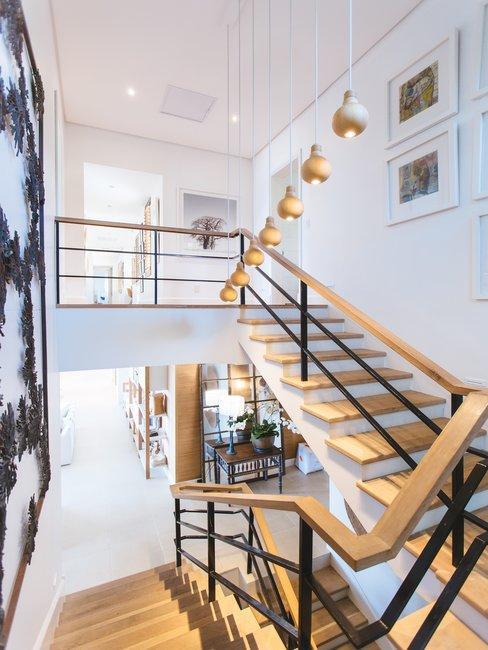 Scandi stijl trappenhuis in woning met vide