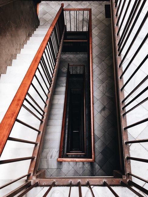 Boven aanzicht van retro trappenhuis