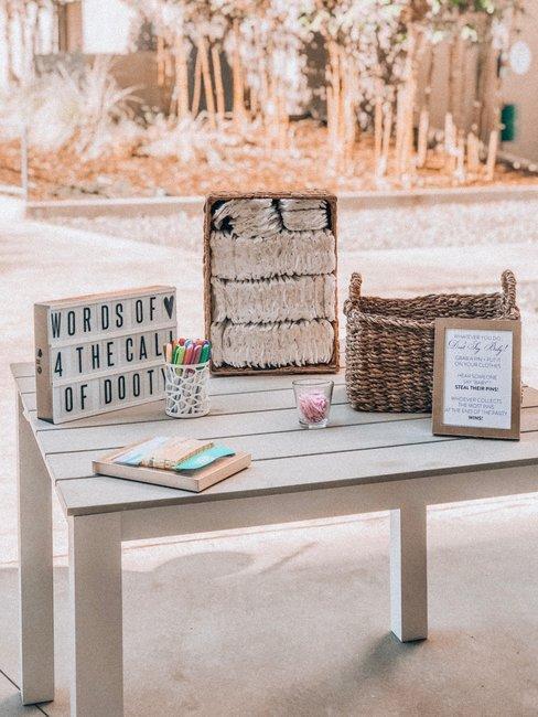 Houten tafel met letterdoos en luiers in houten kist