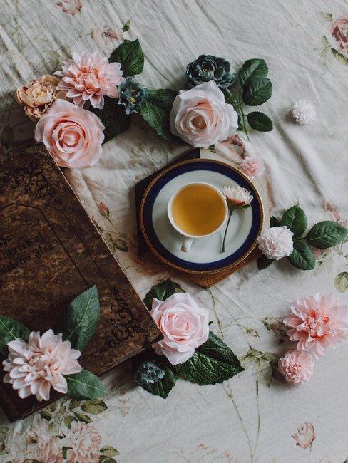 Wit tafelkleed met roze rozen en thee servies met theekopje