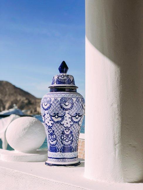 Pot in zon op wit balkon blauwe lucht