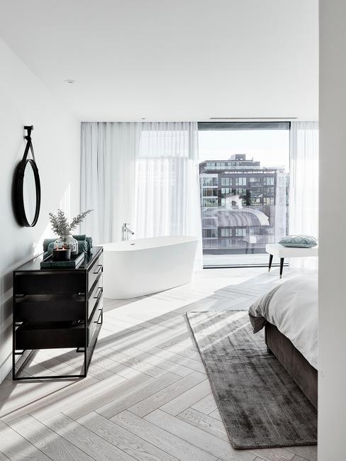 Grote lichte badkamer met een groot raam