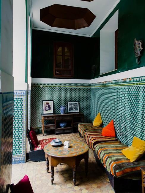 Oosterse interieur met lage banken en gekleurde kussens