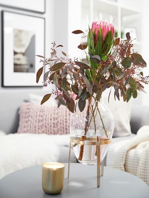 Moederdag ideeën bos bloemen in glaszen vaas op salontafel