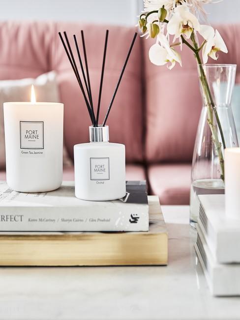 Cadeau mama Diffuser en koffieboeken op salontafel met achtergrond oud roze bank