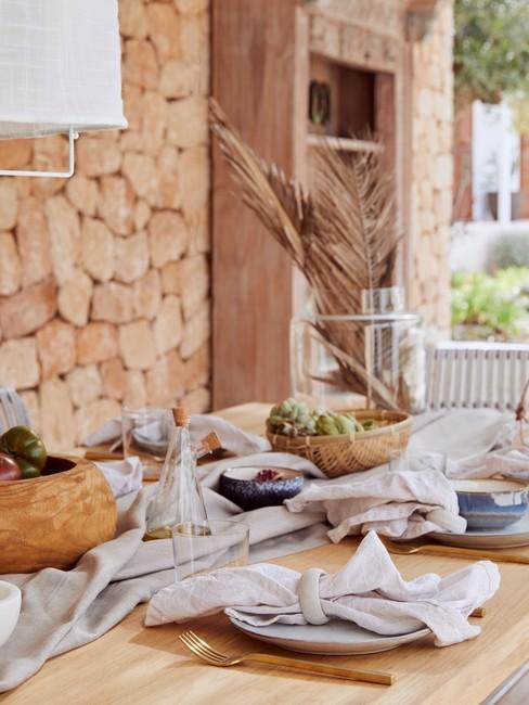 Gedekte buiten houten tafel in bohemian style