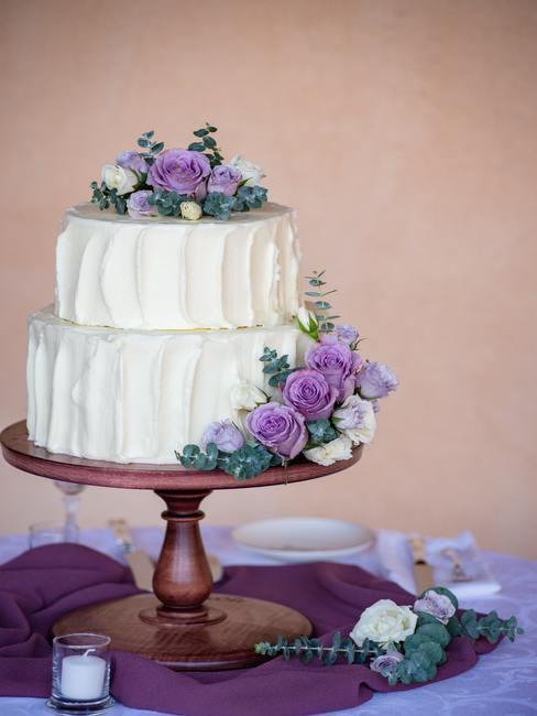 Taart met paarse rozen