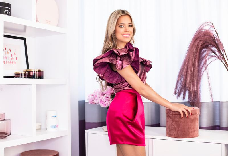 Sylvie meis in haar glam room voor witte kast met paarse details