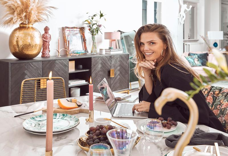 Kim aan de keukentafel van marmer met oud roze accessoires