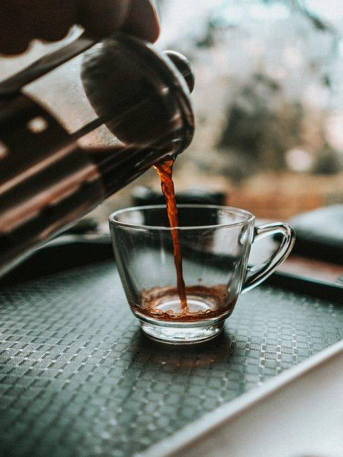 cafetiere met koffie en glas op dienblad