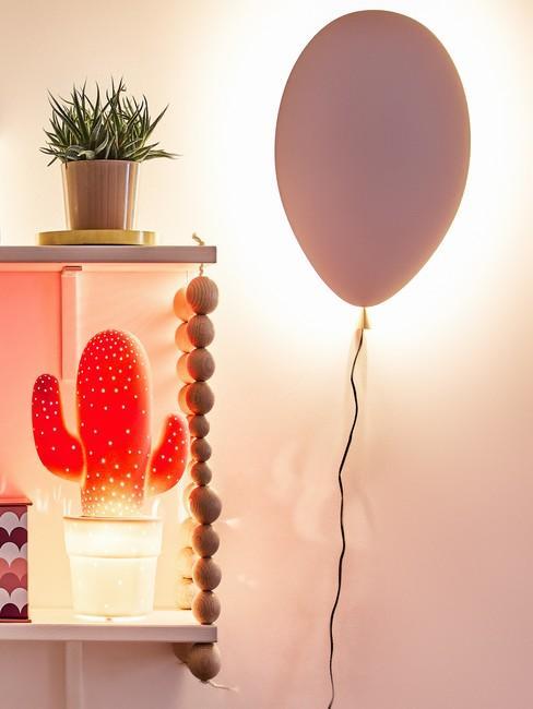 Close-up meisjeskamer met roze ballon, plantenpot en lamp in de vorm van een cactus