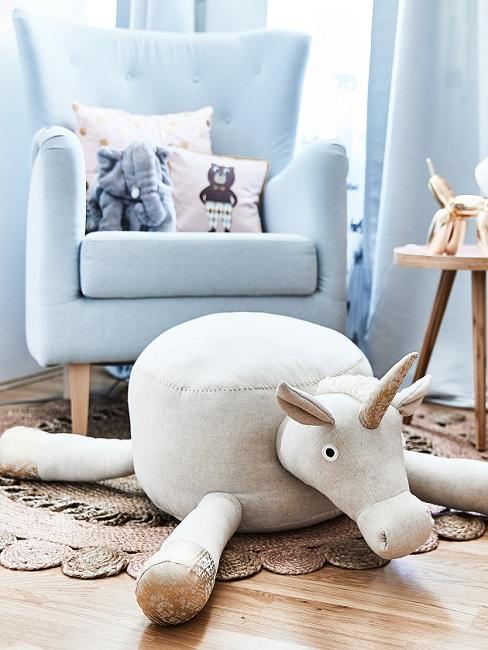Complete babykamer met beige zitpoef in dierenvorm, bijzettafel en blauwe afuteuil met kussens