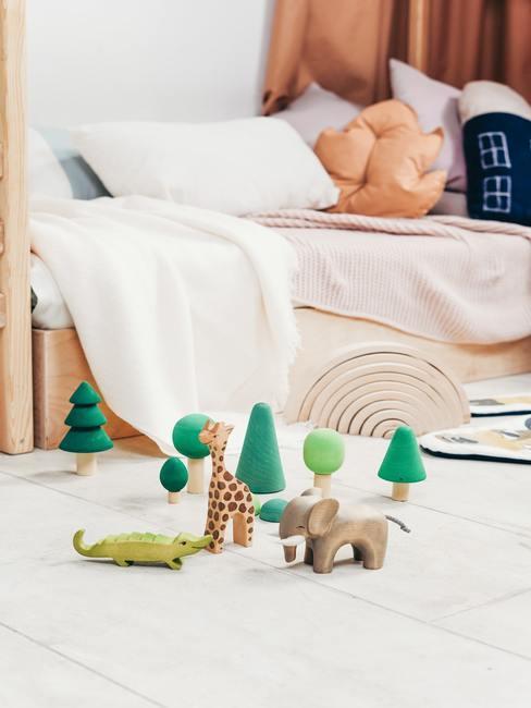 Speelgoed in de kinderkamer op het nachtkastje