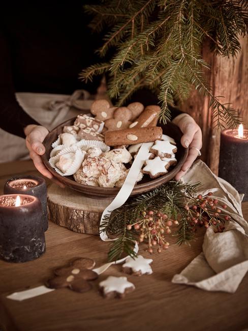 kerstdiner op school voorbereiden met broodjes en koekjes
