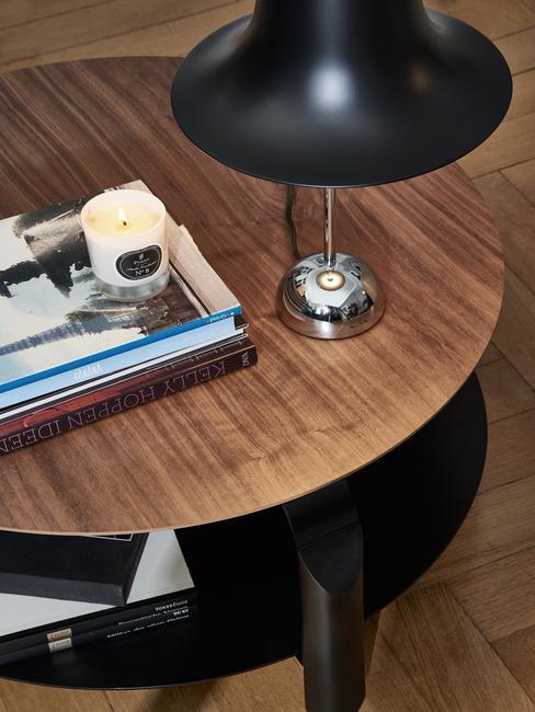 Salontafel van donker hout met zwarte tafellamp