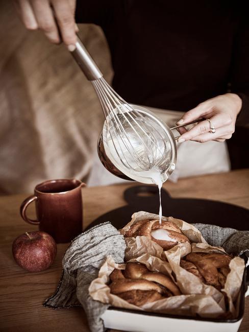 Kerstontbijt ideeën verse broodjes uit de oven overgoten met huisgemaakte vanille