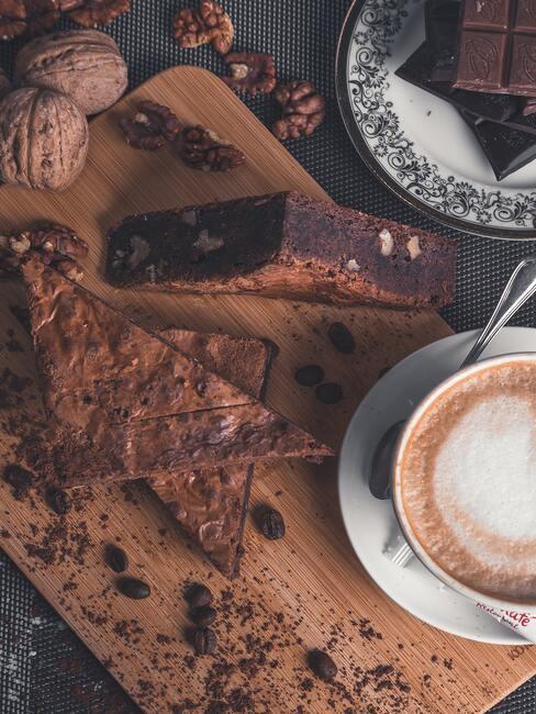 Heerlijke chocoladetaart op een houten bord