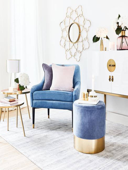 Fluwelen fauteuil en kruk in blauw