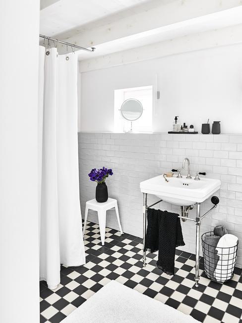 Mała łazienka z prysznicem, ulywalką i lustrem w czarno-białym kolorze