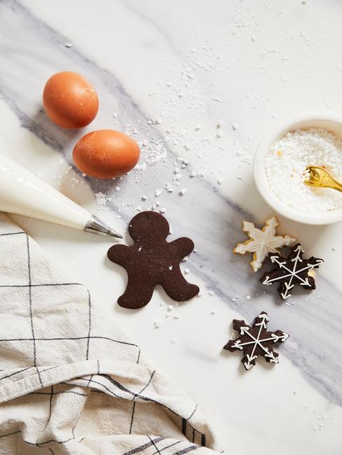 Blat kuchni ze świątecznymi ciasteczkami