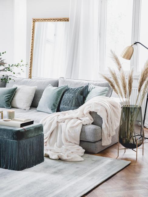 Duża sofa w nowoczesnym salonie w szarej gamie kolorystycznej