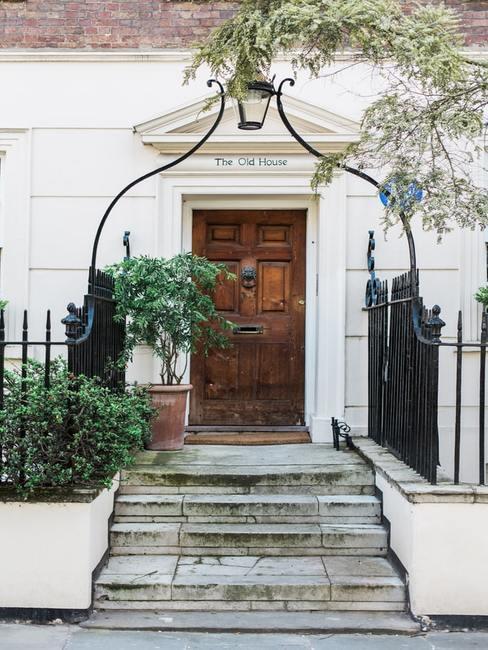 Drewniane drzwi na białej fasadzie domu
