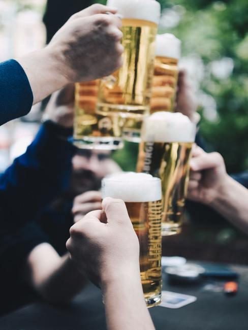 Uniesione kufle z piwem