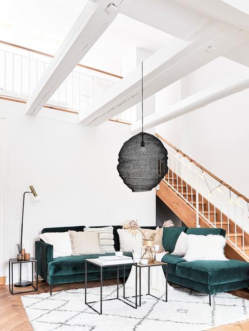 Salon na strychu z rogową sofą
