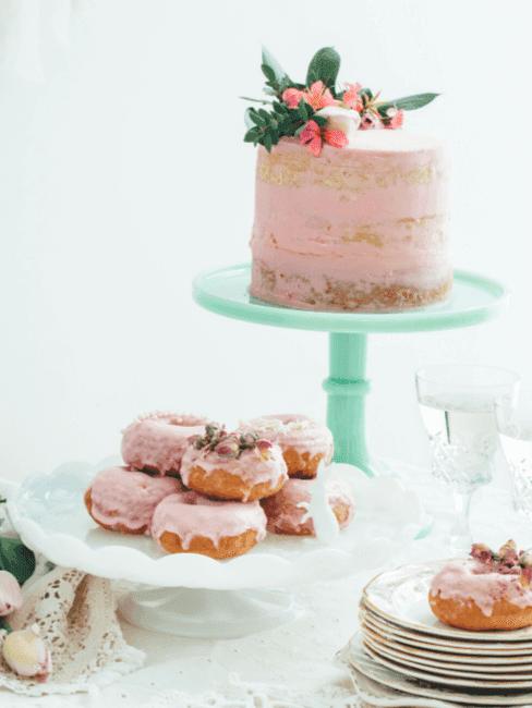 Różowy tort i pączki z różaną posypką