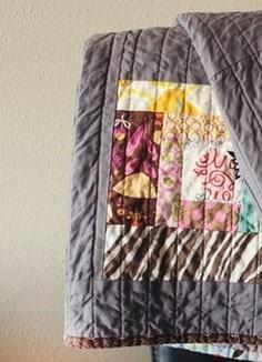Szara narzuta na łóżko w stylu patchwork