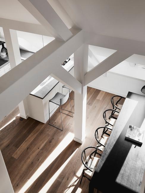 Ujęcie mieszkania na poddaszu ukazana z góry, gdzie widać fragment jadalni połączonej z kuchnią