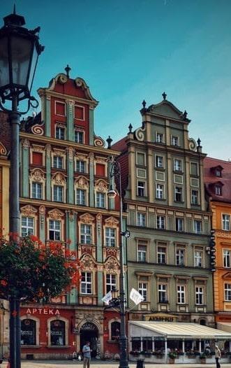 Dwie kamienicie ze sklepami w polskim mieście