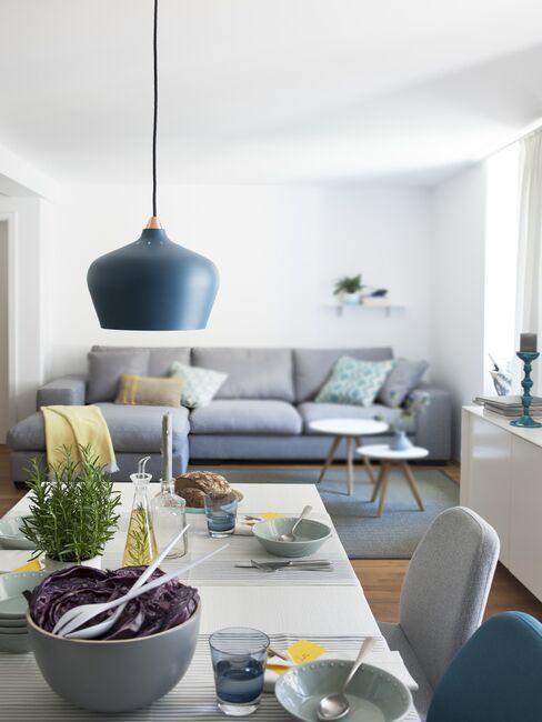 Jadania w salonie w bloku z nowoczesną niebieską lampą