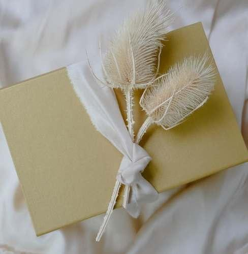 Złota kopetka z suszonymi kwiatami