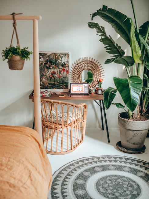 Sypialnia w stylu boho i biurkiem do pracy u Travelicious