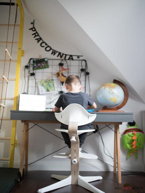 Zdjęcie autorki bloga Matka Wariatka z aranżacją kącika do nauki dla dziecka