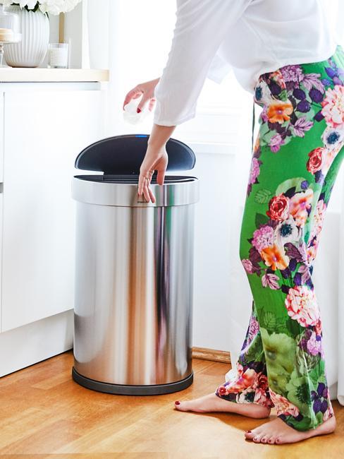 Nowoczesny kosz na śmieci w kuchni