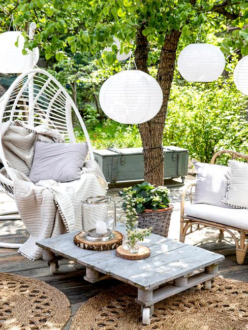 Ogród w stylu boho ze stolikiem wyknanym z palet