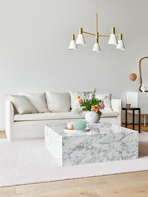 Salon z sofą Mila, marmurowym stolikiem w stylu glam