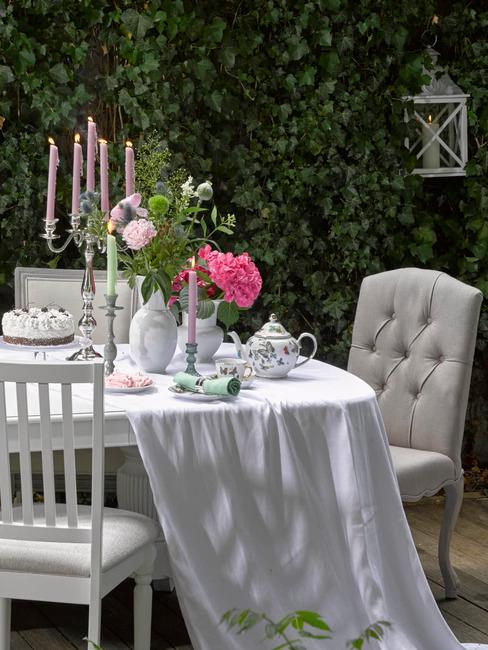 Nakryty stół w ogrodzie na przyjęcie