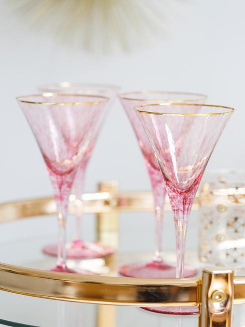 Różowe kieliszki na domowym barku