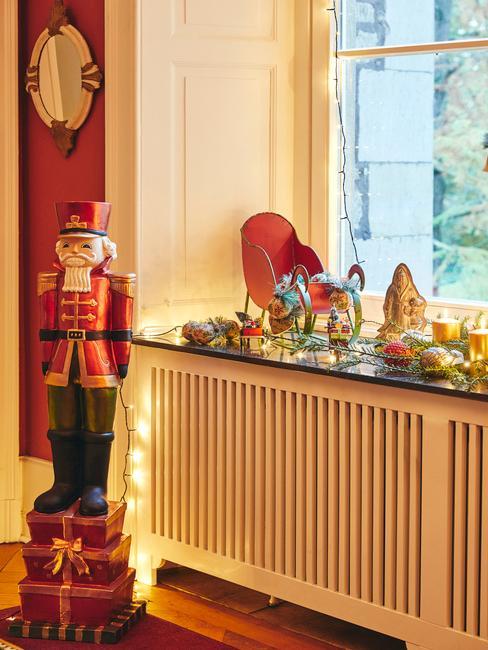 Ozdoby bożonarodzeniowe przy oknie i na parapecie