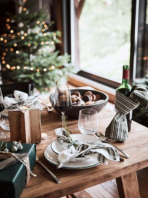 Stół z winem i ciastkami świątecznymi w Chalet na tle choinki