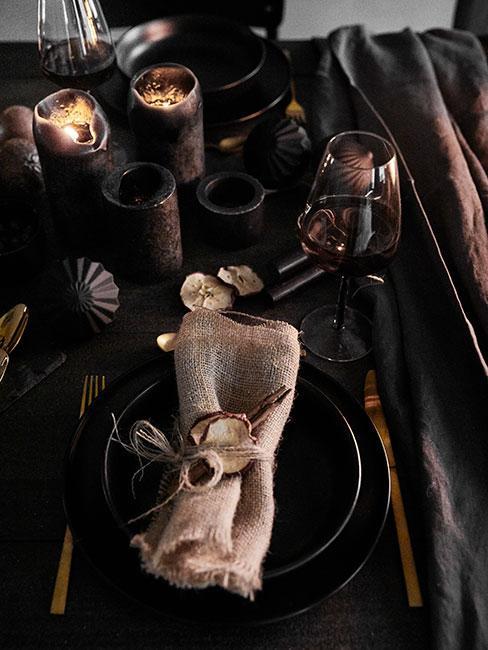 Ciemna zastawa stołowa na stole wigilijnym