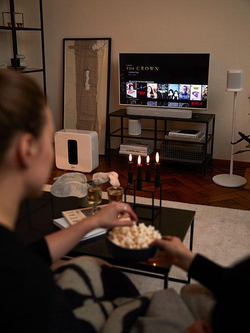 Para oglądająca film w domu