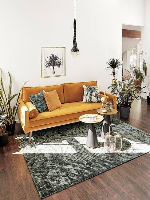 żółta sofa z aksamity z zielonymi poduszkami