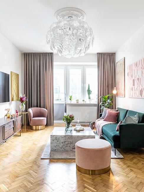 Mały salon w stylu glamour z zieloną sofą