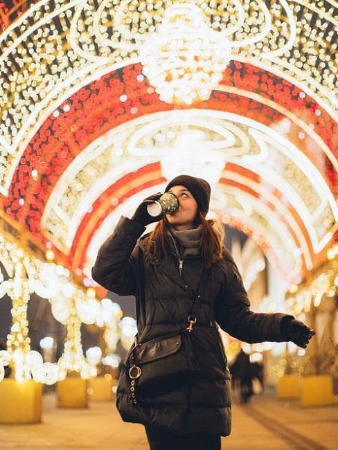 Młoda kobieta na jarmarku świątecznym