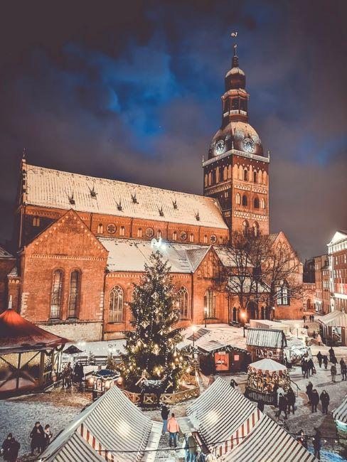 Jarmark świąteczny na tle kościoła